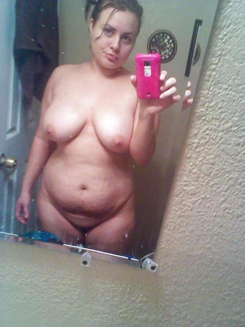 Мужскими яичками голая толстая в зеркале яркий