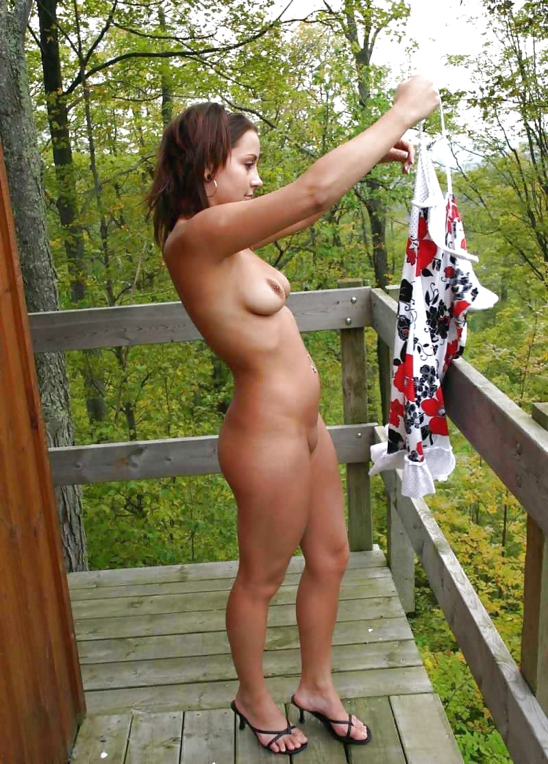 Amateur girl fingering pussy outdoor on cam