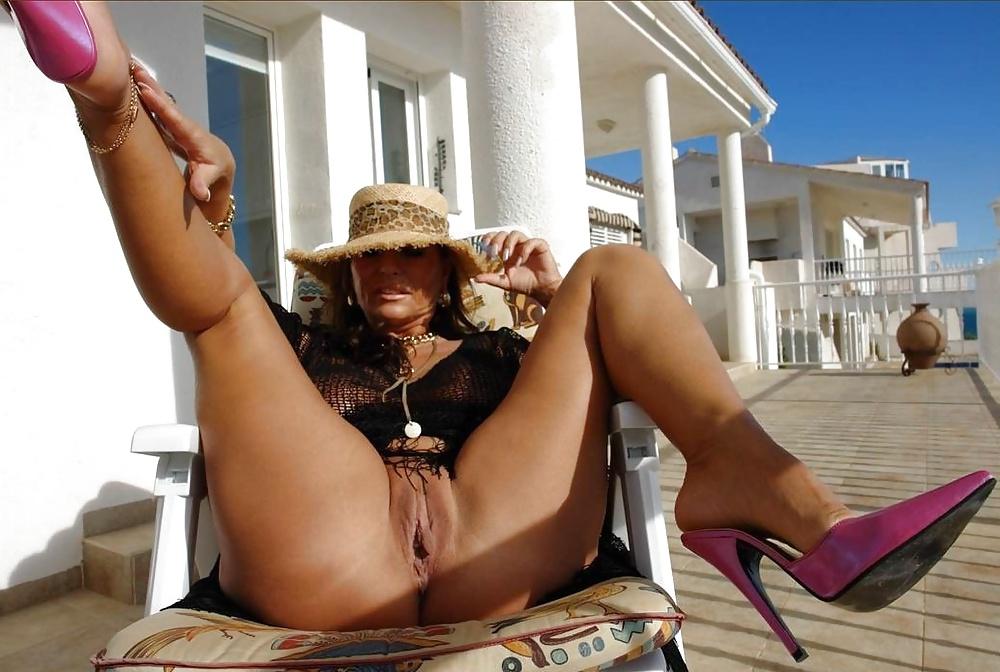 Fantastic mature milf legs porn pics
