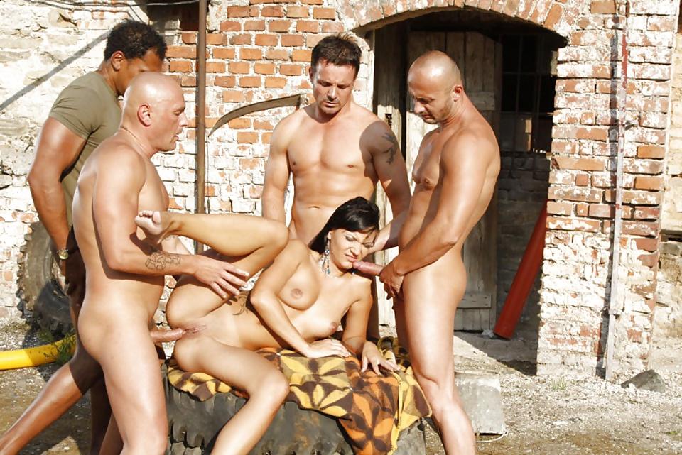 Порно один мужик трахает кучу грудастых сук, порно массажер лесби