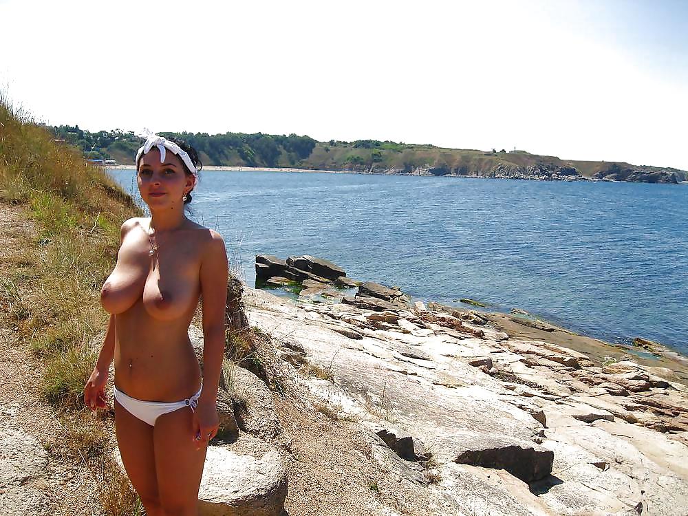 Интимные русские фото девушек на отдыхе, блондинка в белом на берегу фото высокого разрешения