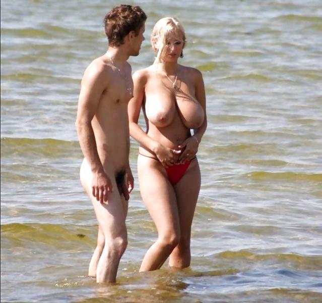 с тетками на пляже