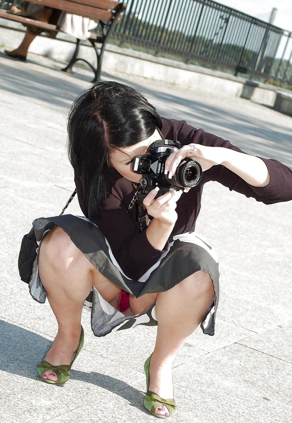 Скрытая камера на улице зрелые женщины под юбкой, фото категории колготках лесбиянки