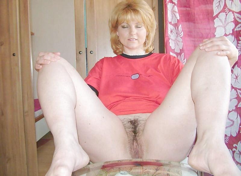 зрелая тетя показывает свои прелести на камеру - 8