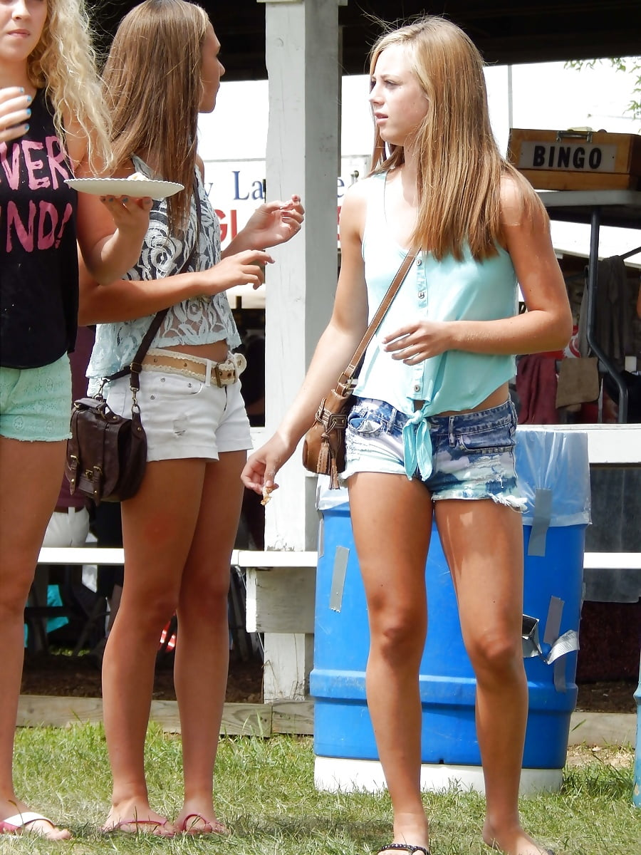 College girls in cheeky short shorts — pic 2