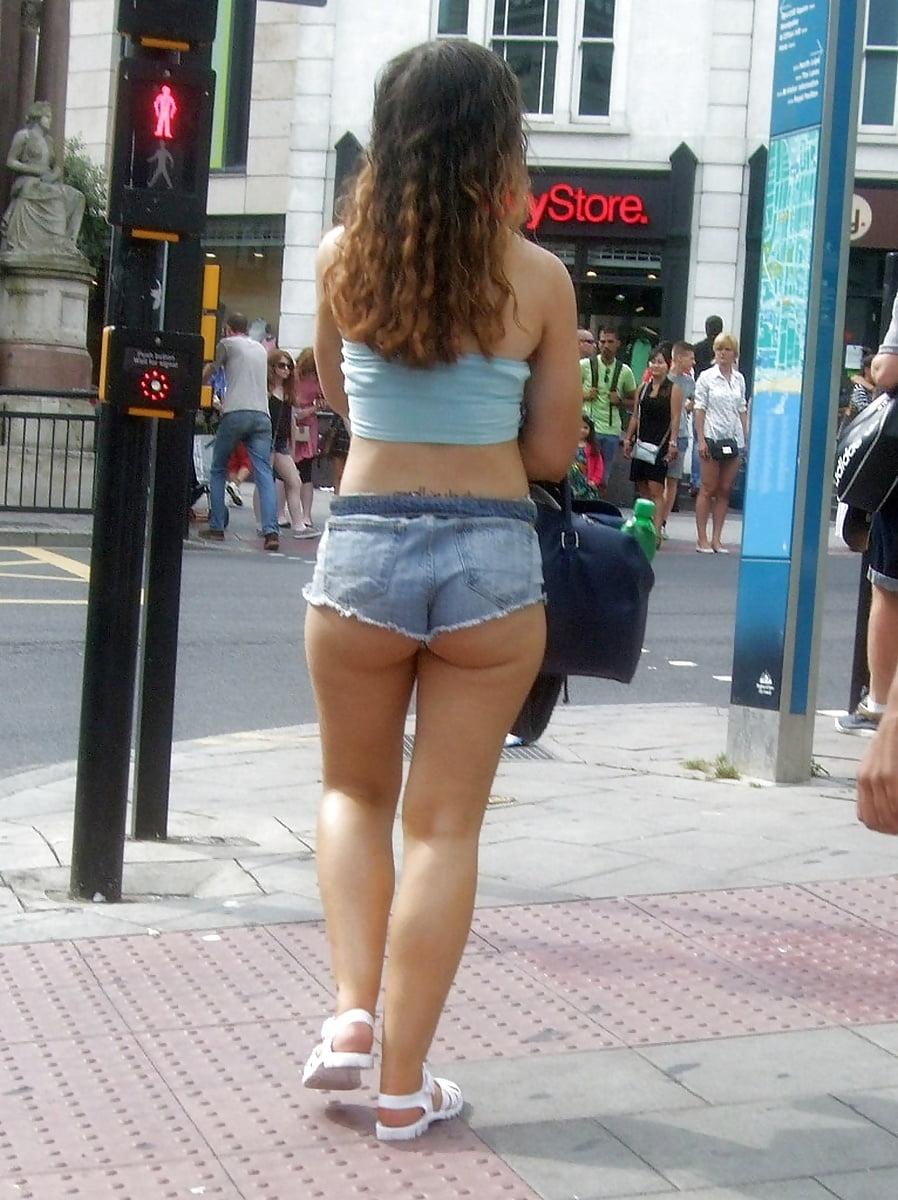 в микро шортах на улице фото даже хозяин