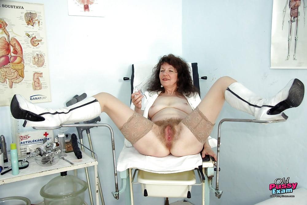 на гинекологическом кресле из пизды достает лук