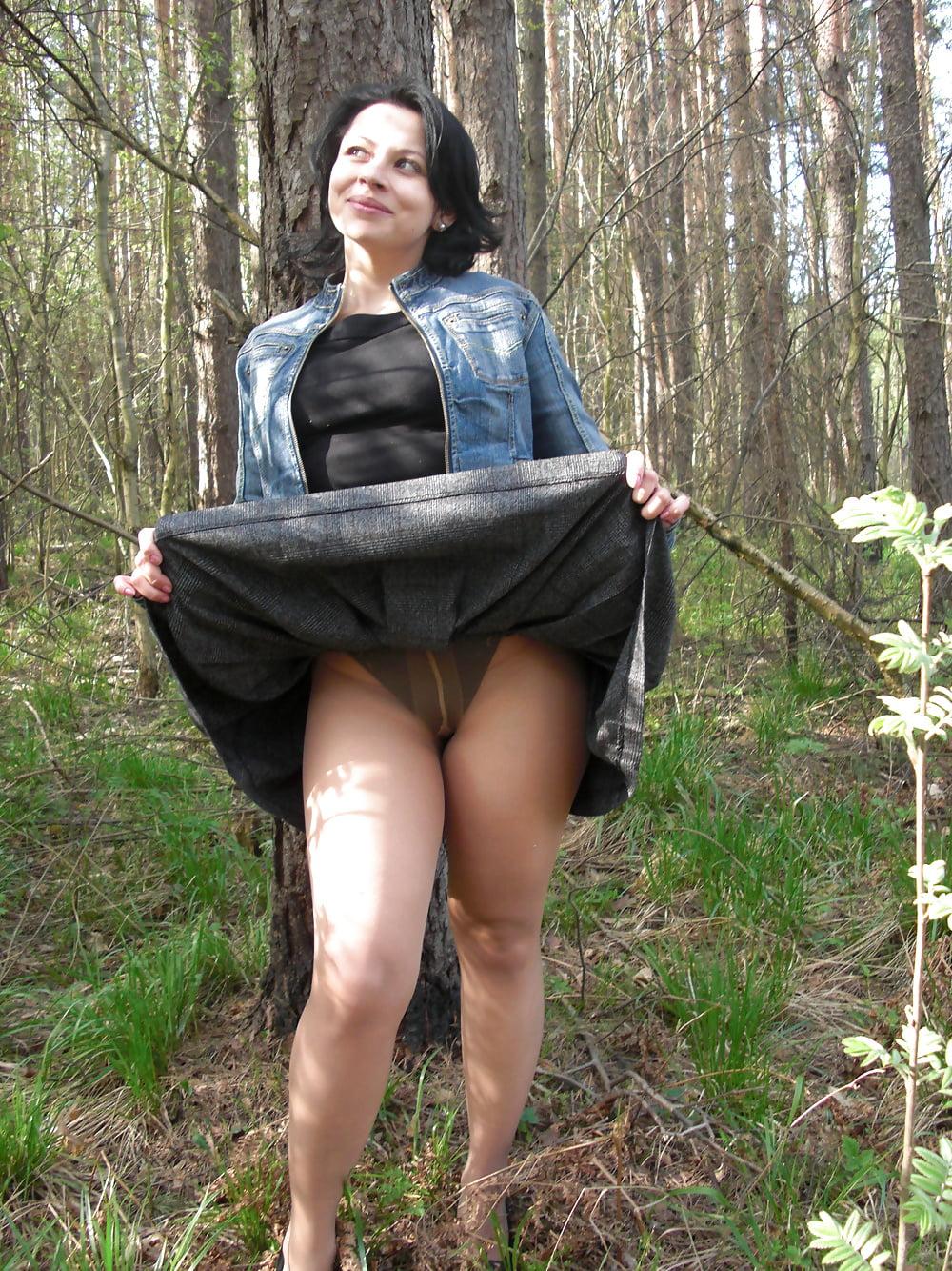 Короткие ролики дамы задирают юбку — photo 11