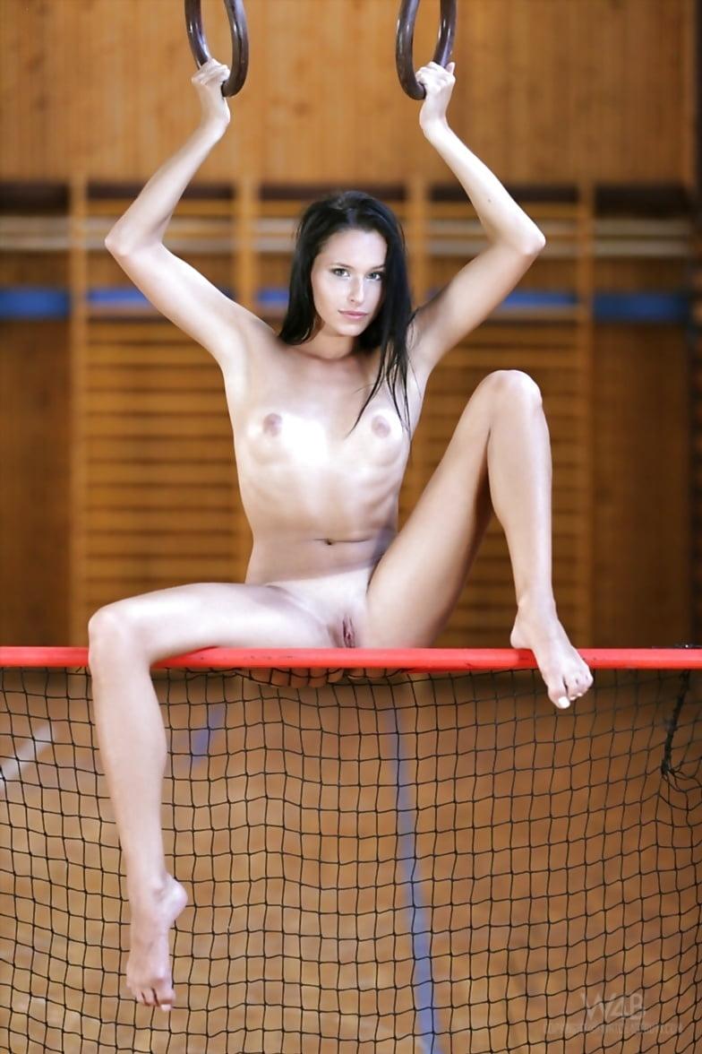 golie-gimnastki-video-v-sportzale-onlayn-porno-sorevnovaniya-po-zhenskomu-skvirtingu