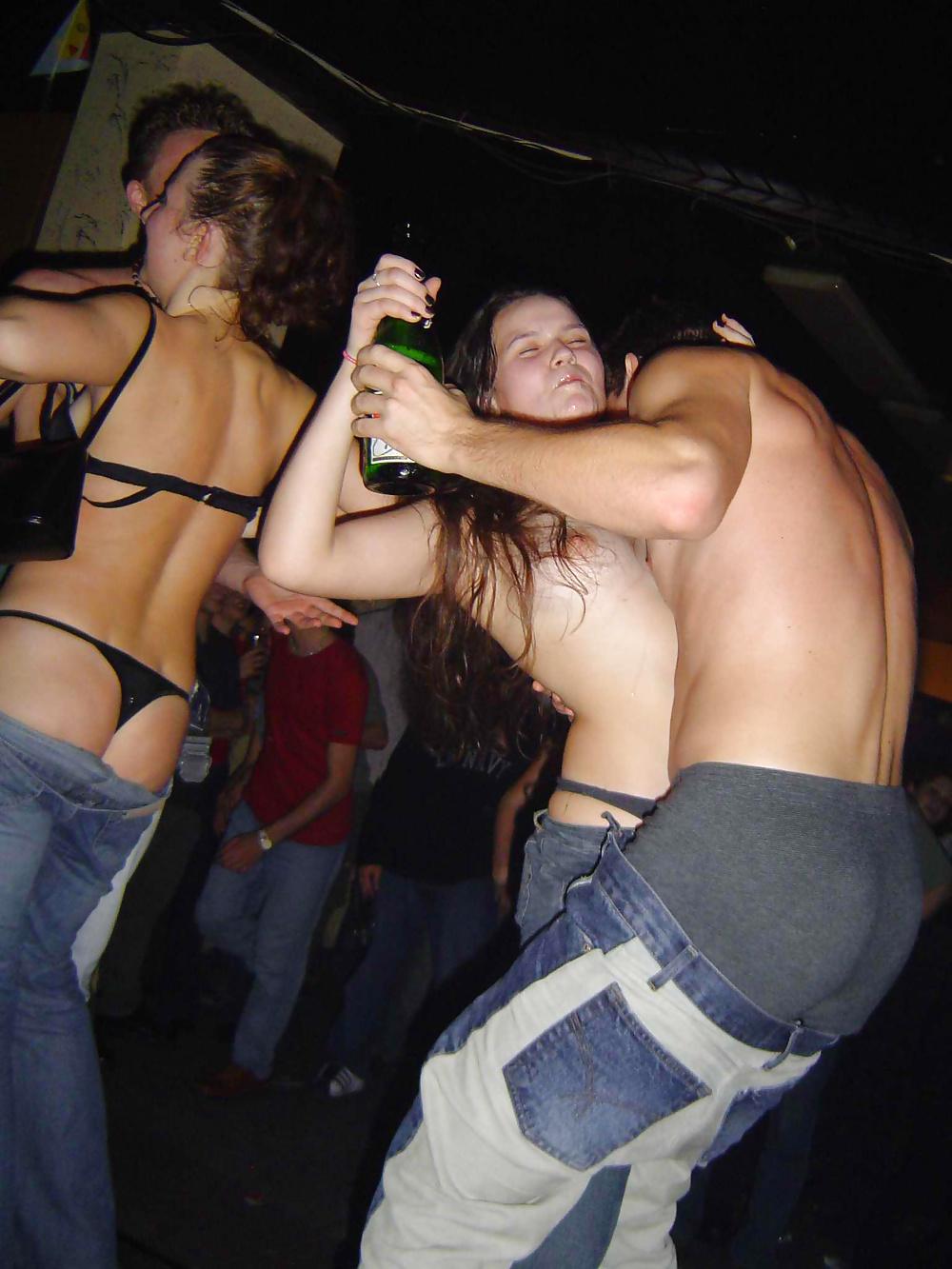 этом несколько девушки танцуют в ночном клубе и показывают свои прелести ананизм мужской автобусе