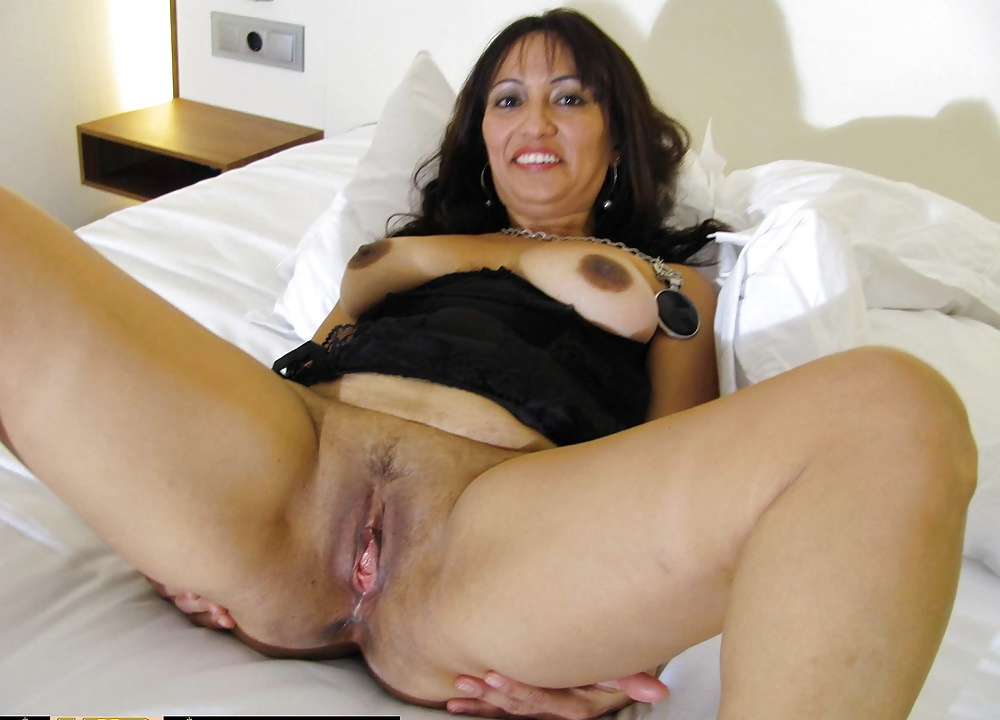 The worship of a muscle brunette