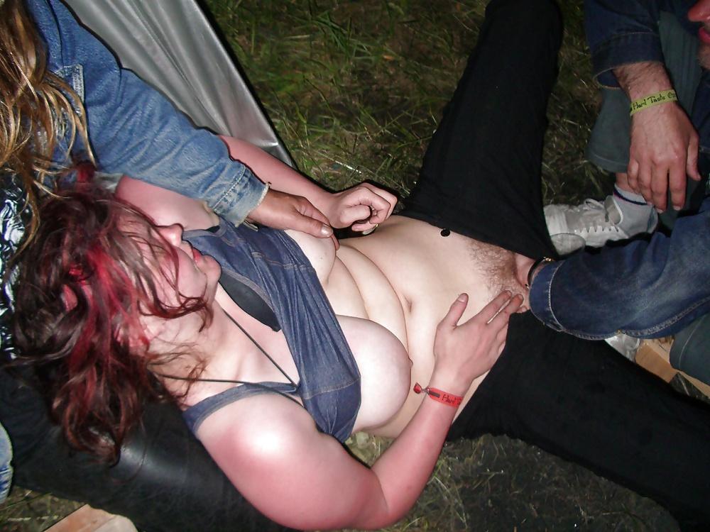 Бомжи трахают на улице девку