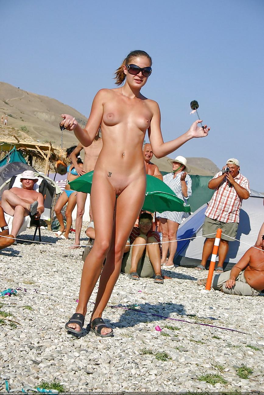 Мужской голая на общем пляже фото