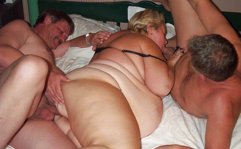 Две толстых зрелых тетки трахаются