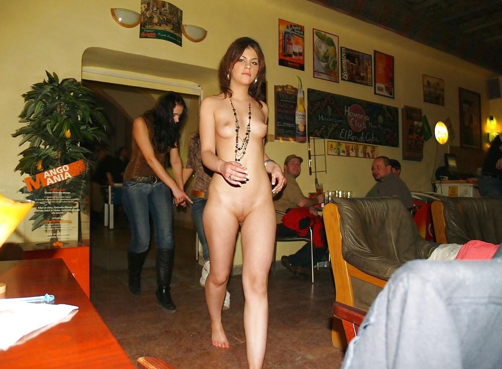 ресторан там где голые девушки раз сидит