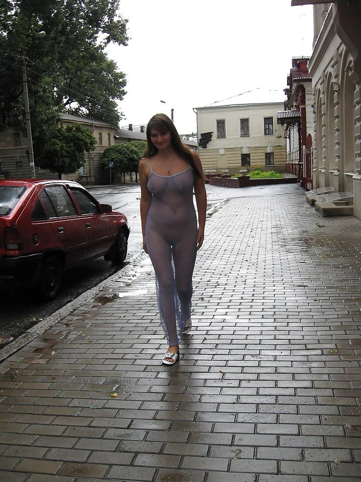 Девушка в прозрачном боди гуляет по городу — photo 2