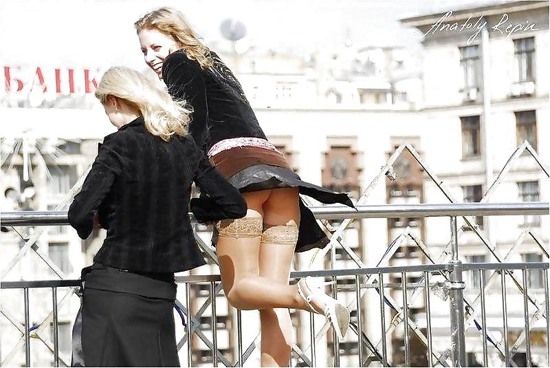 Шел за ней а у нее юбка задралась дафна