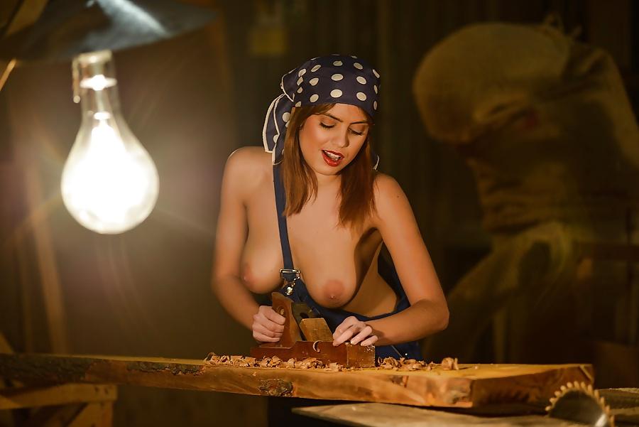 порно голые девушки в мастерской фотографиях подчеркнуть бедра длину