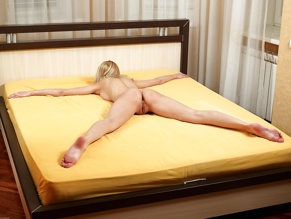 naked-girls-spreadeagle-in-bed