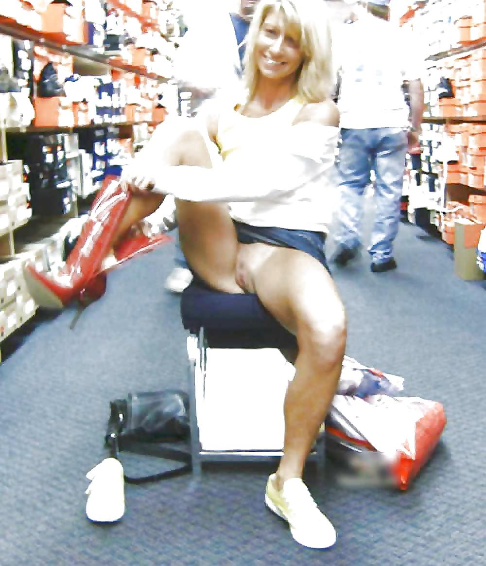 Смотреть порно девушка примеряла сапожка в магазине голые без