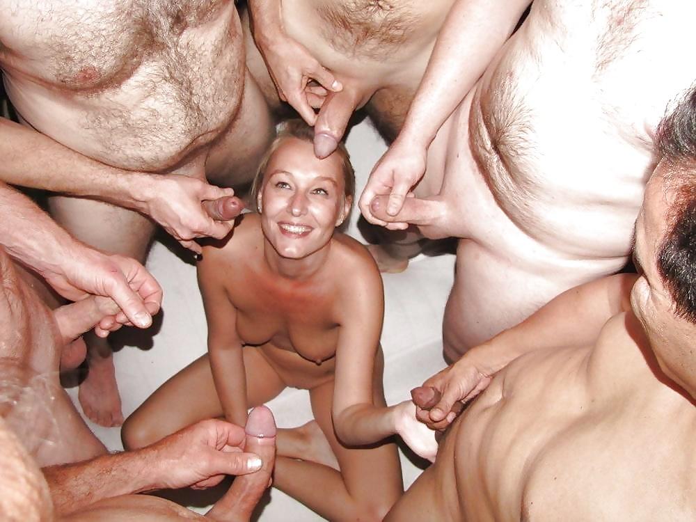 Одна девушка обслуживает большое количество голодных парней