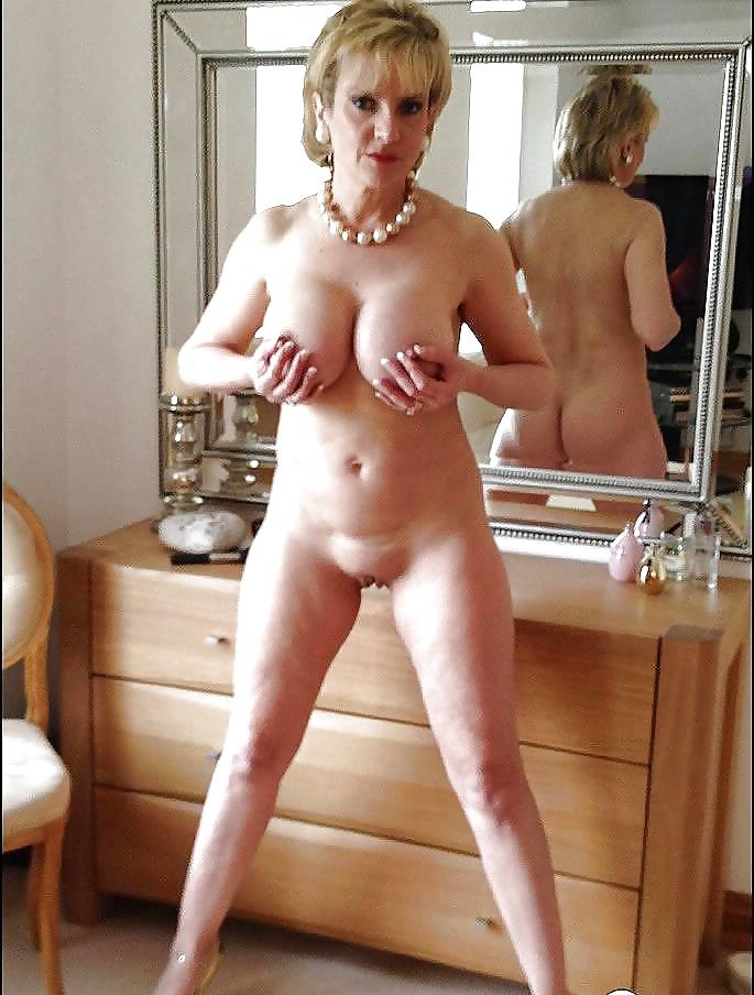 зрелая дама раздевается перед зеркалом видео нужно было упрашивать