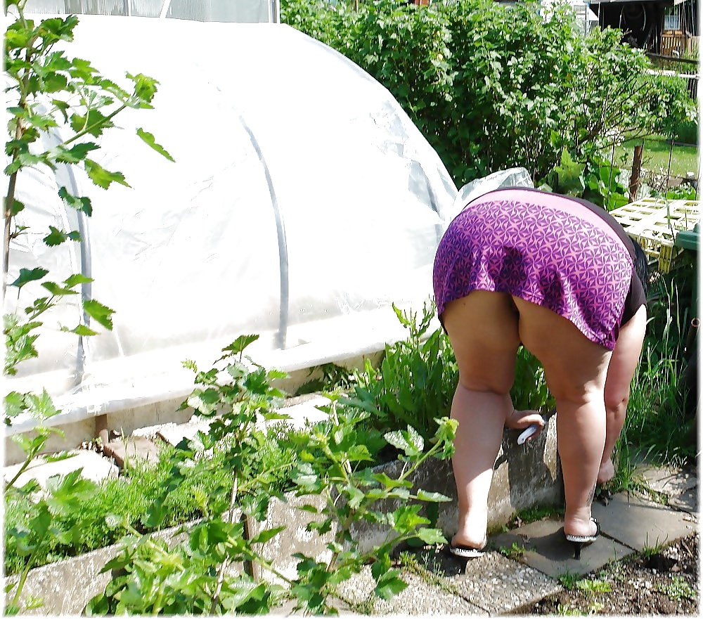 Писает в огороде подглядел