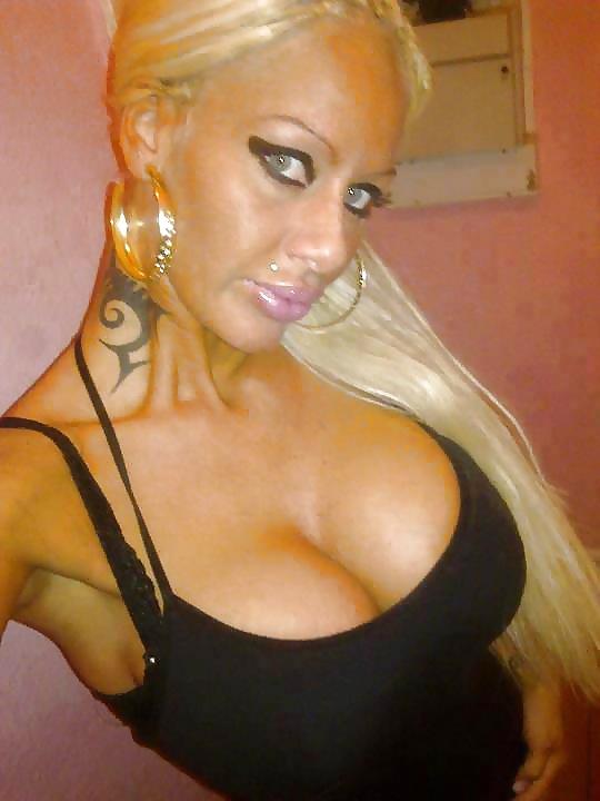 Старая волосатая силиконовая блондинка и ее богач секс юбкой
